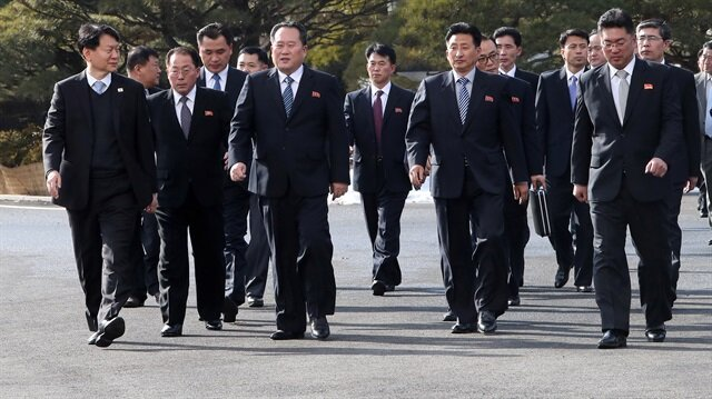 Kuzey Kore'den yola çıkan heyet ise sınırın ötesinden Panmumjeom'un güney tarafında yer alan toplantının yapılacağı Barış Evi'ne sadece 250 metre yürüyerek ulaştı. 