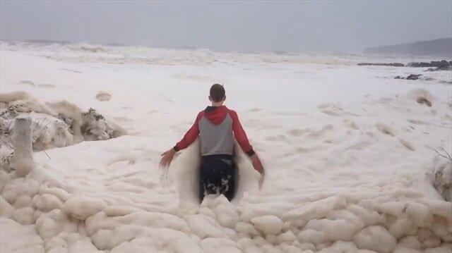 Köpük dalgasının ilginç görüntüsü kamerada