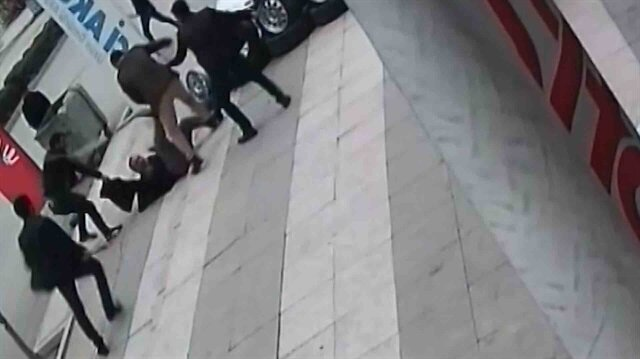 Sokak ortasında cinayet: 22 kez bıçaklayıp üzerinde sopa kırdılar!