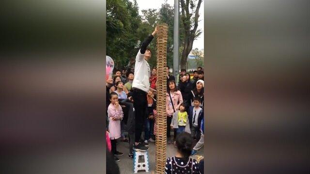 Yardım etmek isterken dev jenga kulesini yıkan kadın