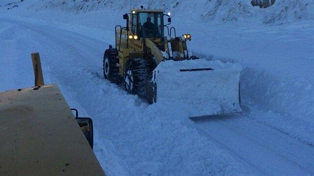 Ardahan'da zor şartlarda karla mücadele çalışmaları.