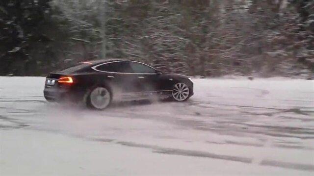 Buz üzerinde drift yapan Tesla ağızları açık bıraktı!