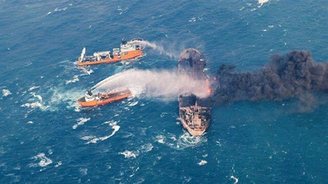Japon kara sularına giren 136 bin ton petrol yüklü tankerden alevler yükselmeye devam ediyor.