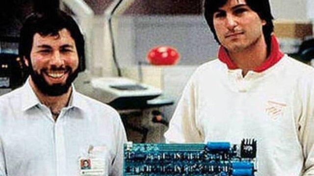 Steve Wozniak ve Steve Jobs bir anakartı tutuyor.