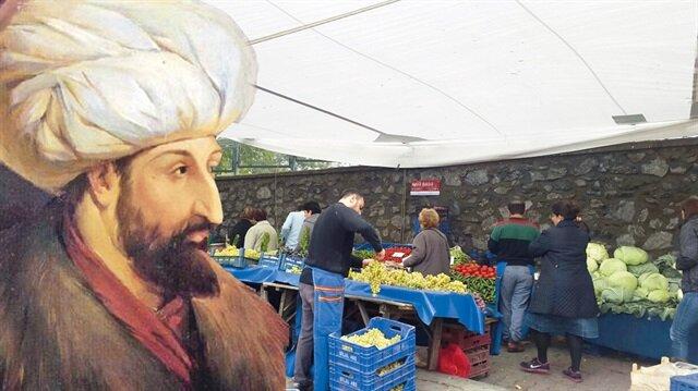 Sarıyer Belediyesi'nce izin verilen Cumartesi pazarı da bugün şehitlik arazisinde açılıyor.