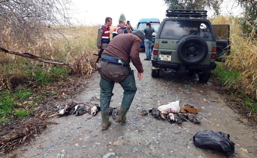 5 kişi, 22 ördek ve kuş avlamış.