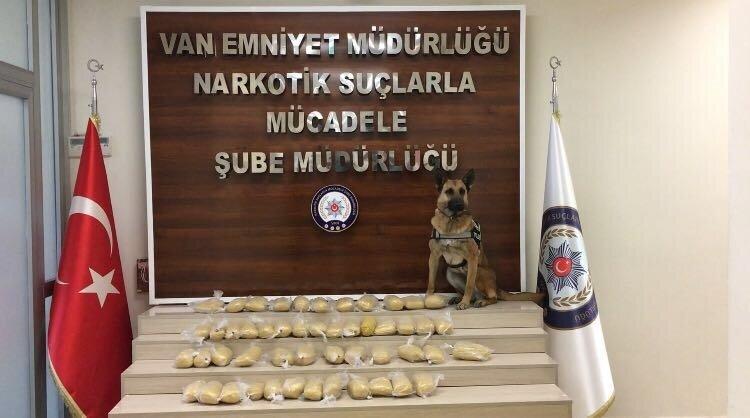 Polis köpeği Şila, eroin paketlerini yakıt deposunda buldu.