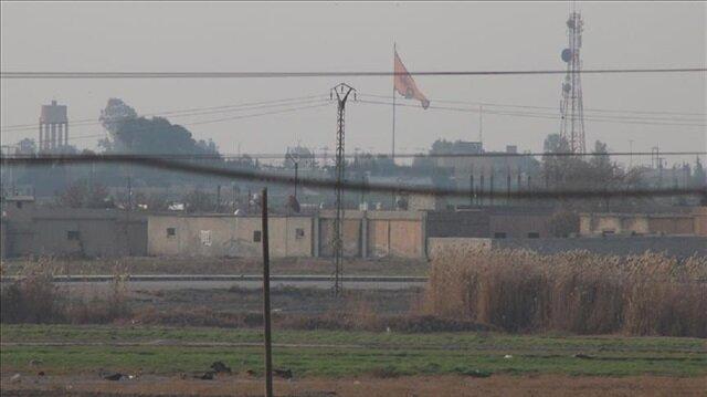 """""""ب ي د"""" الإرهابي يرفع راية كبيرة له قبالة الحدود التركية"""