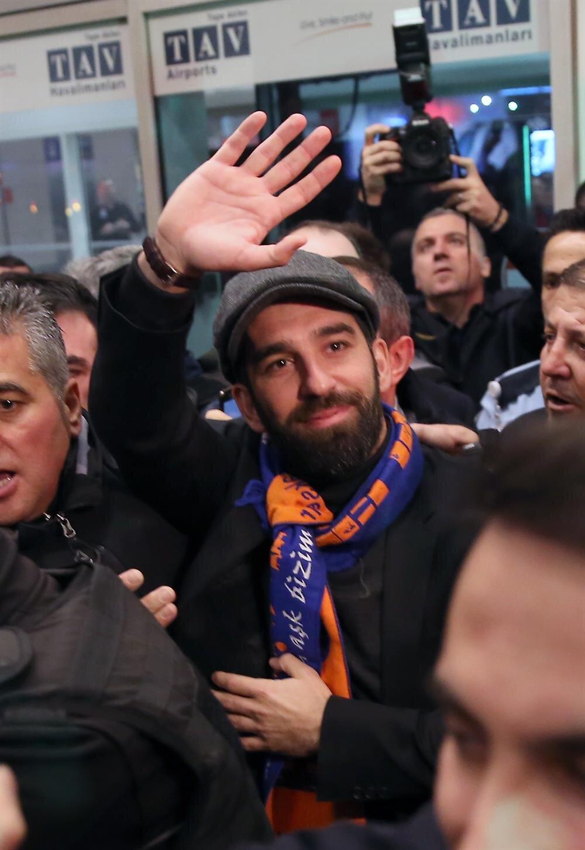 Arda Turan, Başakşehir atkısını taktı.