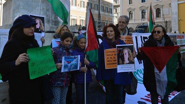 Roma ve Lazio'daki Filistinliler Topluluğu üyeleri, Parlamento Binası önünde toplanarak, 16 yaşındaki Ahed Tamimi'yi tutuklayan İsrail yönetimini protesto etti.