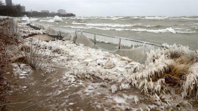 ABD'nin Indiana eyaletinde etkili olan sert rüzgarlar Michigan Gölü'nde dev dalgalara yol açtı.