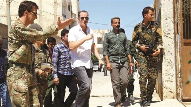 """وفد دبلوماسي أمريكي يزور شمالي سوريا ويلتقي قادة """"ب ي د"""" الإرهابي"""