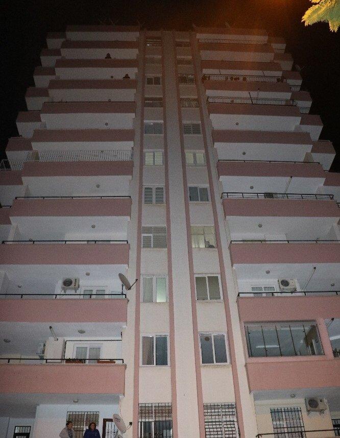 Sarıyıldız 8. katta bulunan dairesinin balkonundan düşerek yaşamını yitirdi.