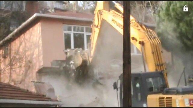 Ruhsatsız oldukları belirlenen binalar, 11 Ocak 2018 Perşembe günü geniş çaplı arama yapıldıktan sonra belediye ekipleri tarafından yıkıldı.