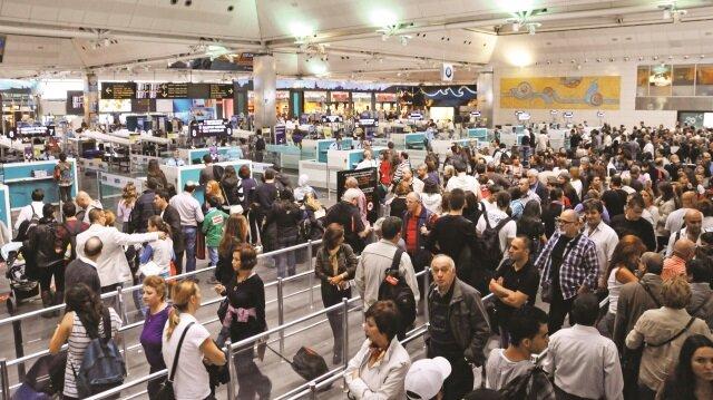 Kudüs'e gitmek üzere İstanbul'dan yola çıkan Olaş, 11 Ocak tarihinde Tel Aviv'deki Ben Gurion Havalimanı'nda onur kırıcı bir dizi muameleye maruz kaldı.