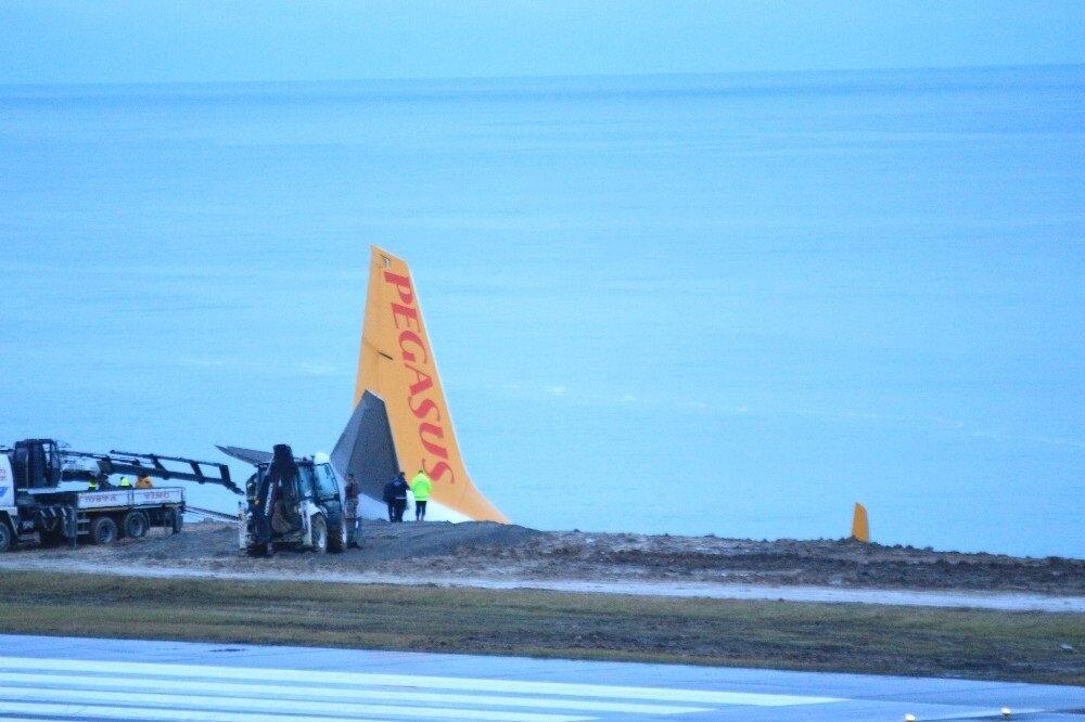 Pegasus Havayolları'nın dün akşam Ankara-Trabzon seferini yapan uçağının Trabzon Havalimanı'na inişi sırasında pistten çıkmasının ardından uçak ve kaza yeri günün ağarması ile görüntülendi.(İHA)