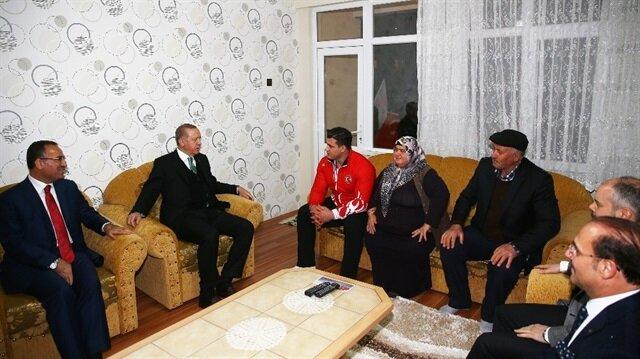 Cumhurbaşkanı Erdoğan, milli güreşçi Rıza Kayaalp'i evinde ziyaret etti.