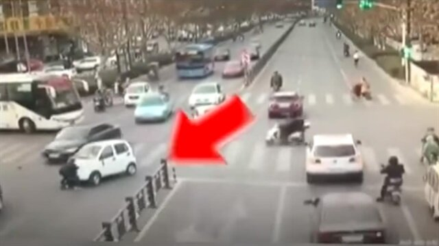 بالفيديو: تنجو من الموت بعدما دهستها نفس السيارة مرتين