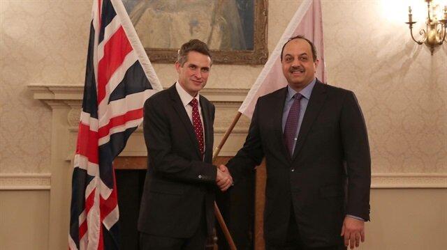 وزير دفاع قطر يبحث مع نظيره البريطاني التعاون العسكري