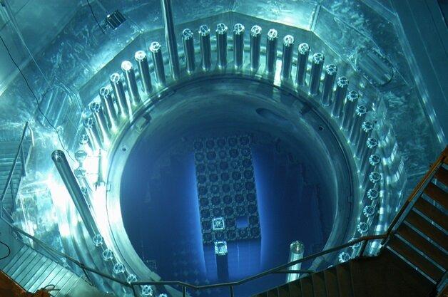 Teknik olarak, Fertil bir izotop olan Th-232'nin bir nötron yutarak fisyon yapabilen bir izotop olan U-233'e dönüştürülmesi gerekir.