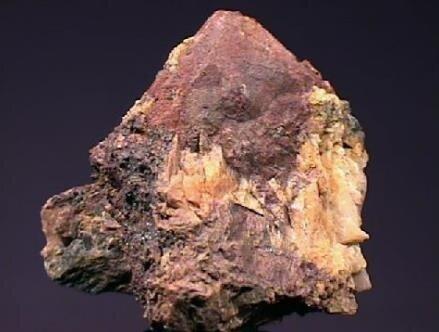Toryumun yer kabuğunda diğer bir radyoaktif element olan uranyuma göre birkaç yüz kat daha fazla bulunmaktadır. Toryumun doğada bulunma sıklığı molibden, arsenik ve kalaydan da yaklaşık 2 kat daha fazladır. Bununla birlikte kayaçlar içerindeki konsantrasyonları oldukça düşüktür.