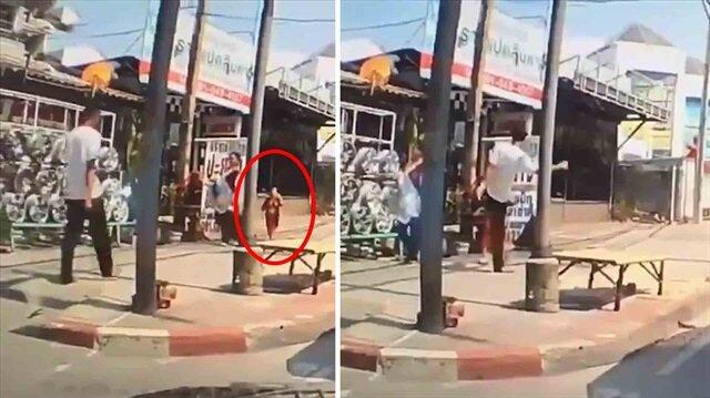 Annesiyle yürüyen küçük çocuğa öyle bir tekme attı ki!