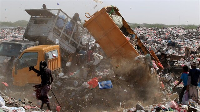 Displaced by war, some Yemenis sift through garbage for food