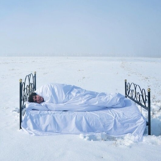 Türk profesör karla kaplı araziye yatak, yorgan getirip yattı!