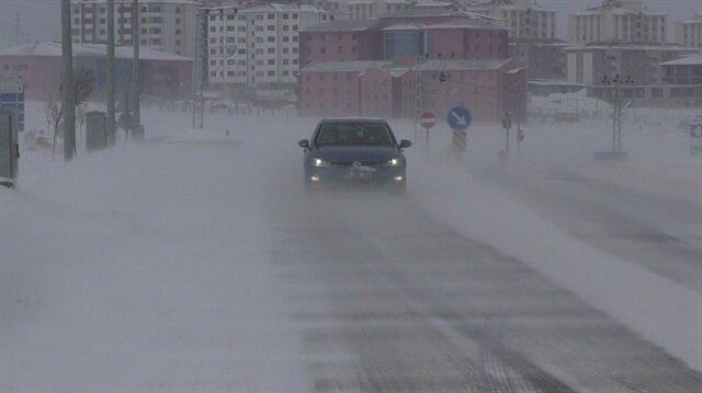 Ardahan'da kar nedeniyle araçlar yollarda mahsur kaldı