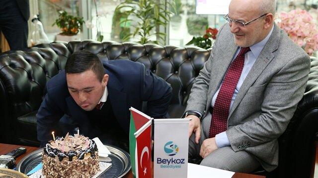"""بلدية تركية تحتفل بعيد ميلاد الفلسطيني """"الطويل"""""""