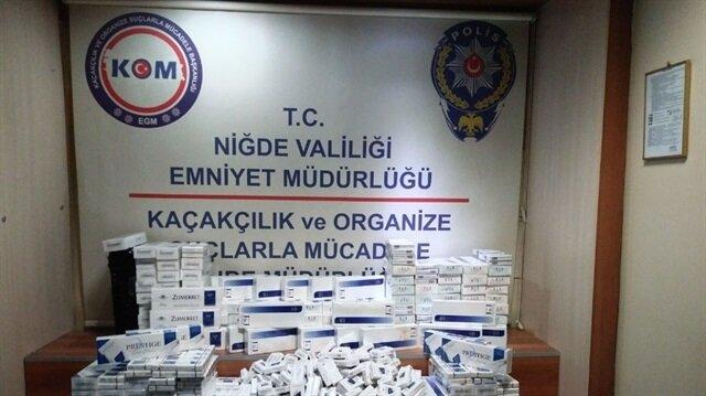 Niğde'de ekiplerin düzenlediği operasyonda ele geçirilen kaçak sigaralar ve malzemeler