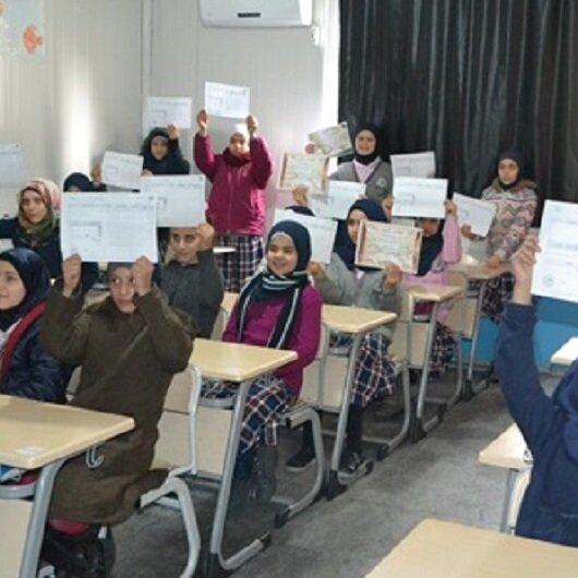 أيتام سوريون يتسلمون شهاداتهم المدرسية في هطاي التركية