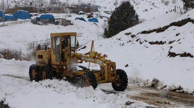 Erzincan'da etkili olan yoğun kar yağışı nedeniyle 32 köy yolu ulaşıma kapandı.