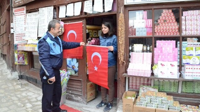 Safranbolu'da dağıtılan Türk Bayrakları