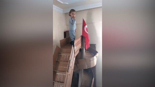 Evde oğluna kartondan kaydırak yapan baba