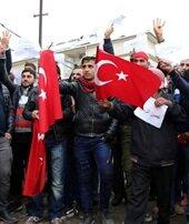 Suriyeliler Afrin içinaskerlik şubesine koştu