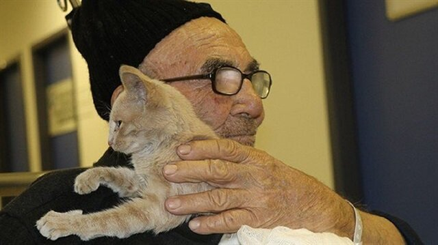 صورة مسن تركي يحتضن قطته تحظى بتعاطف العالم