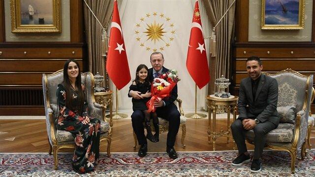 أردوغان يستقبل طفلة بكت رغبة بلقائه