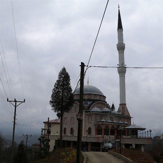 Karadeniz'de bilindik manzara: Camini  içinden yol geçiyor