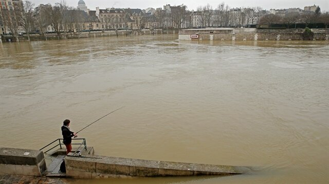 Seine rises 4m above normal level, soaks Paris