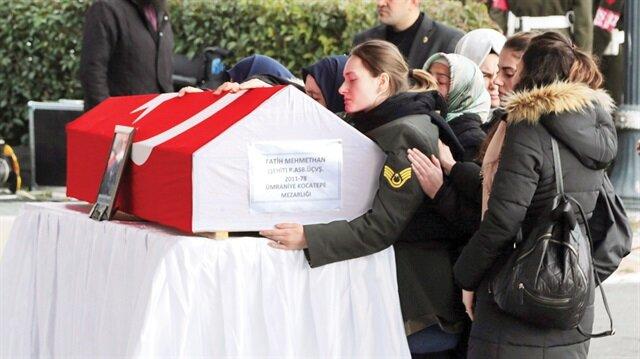 Şehit Mehmethan'ın eşi Gamze Mehmethan törene eşinin üniformasıyla katıldı.