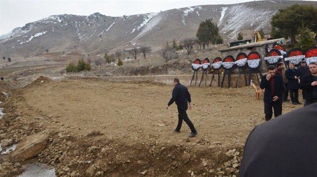 Niğdeli şehit Piyade Sözleşmeli Er Muhammed Osman Akagündüz'ün ağabeyi, cenaze töreninde CHP Genel Başkanı Kemal Kılıçdaroğlu'na tepki göstererek törene gönderdiği çelengi dereye attı.