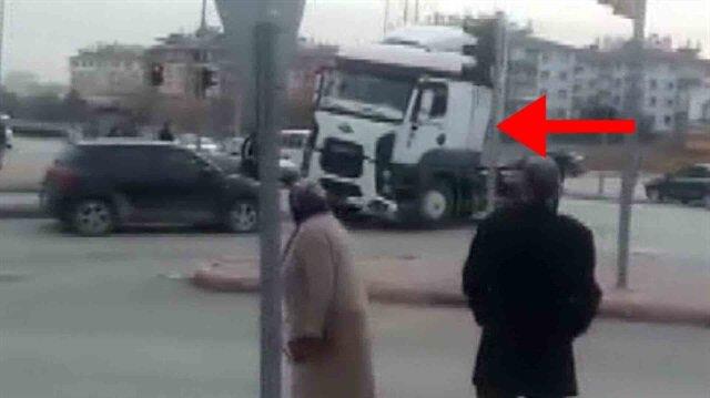 Selektör yapan otomobile kızan TIR şoförü aracı biçti!