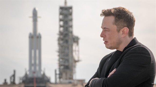 Fırlatma için hazır bekleyen Falcon Heavy roketi ve Elon Musk.