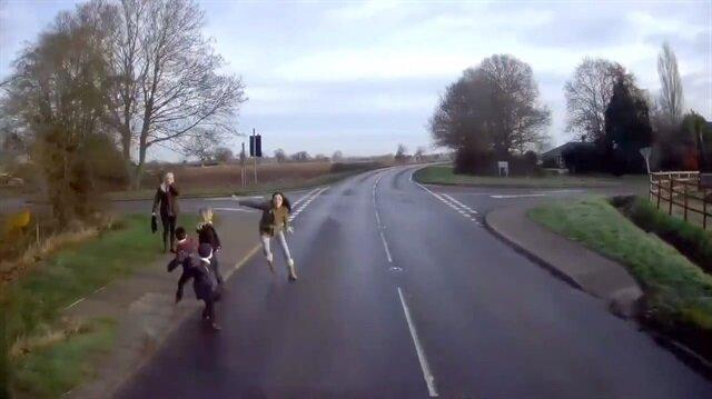 Çocukları için kamyonun önüne atlayan anne!