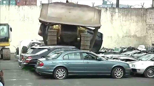 Milyonluk arabaları buldozerle ezdiren Devlet Başkanı