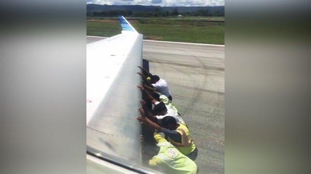 Böylesi görülmedi: Uçağı iterek götürdüler!