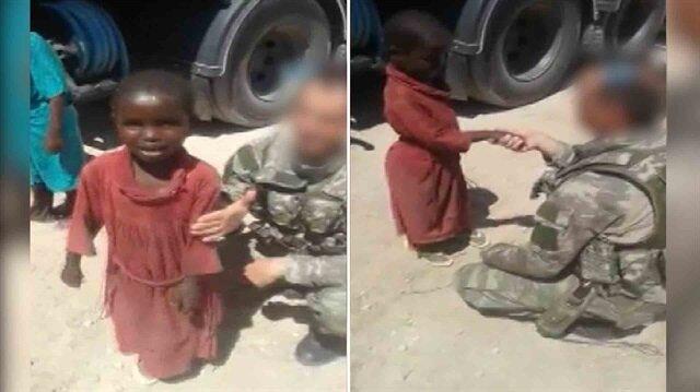 Mehmetçik Somalili çocukla el kızartmaca oynuyor