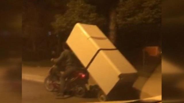 Motosikletle buzdolabını böyle taşıdılar