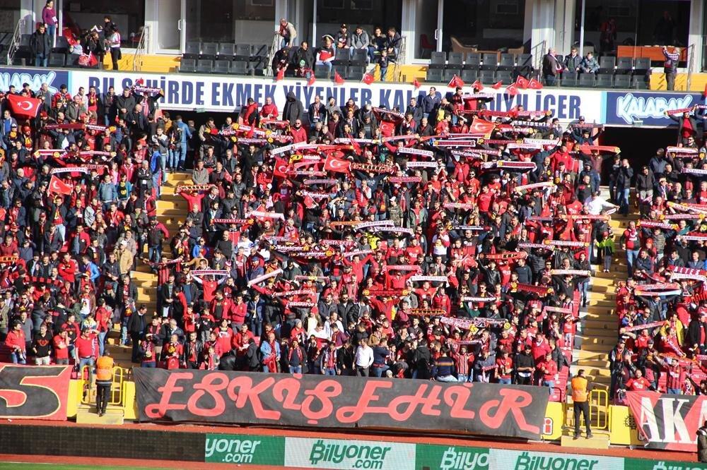 Eskişehirsporlu taraftarlar stada Türk bayraklarıyla gelerek Mehmetçik'e destek verdi.